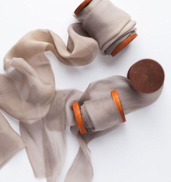 jedwabna wstażka na szpulce w kolorze taupe